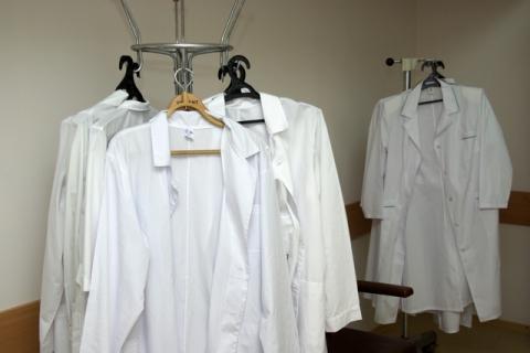 Халаты белые и зарплаты у их обладателей будут одинаковыми.