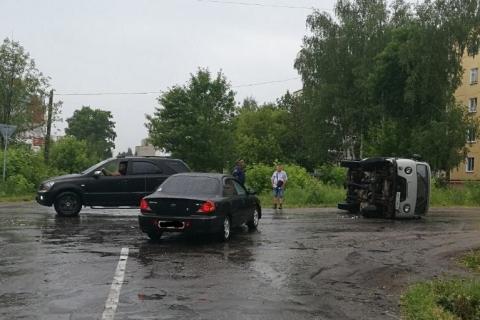 В Вичуге столкнулись два автомобиля, один из них перевернулся
