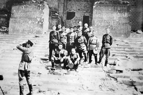 Воины 117-й Иваново-Познаньской дивизии у стен рейхстага.